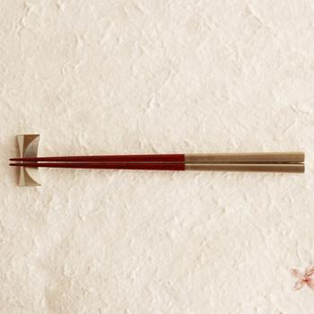 お箸の作法を覚えて、正しく使うことができれば、どんな場面でも自信を持って食事を楽しむことができます。正しいお箸の持ち方や、箸使いの作法をいくつかご紹介しますので、今一度確認していきましょう。