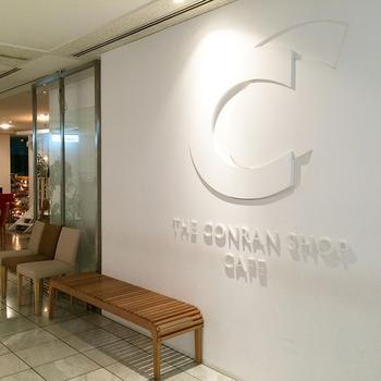 ショップと同じフロアにあるカフェは、カジュアルでひとりでも入りやすい雰囲気です。