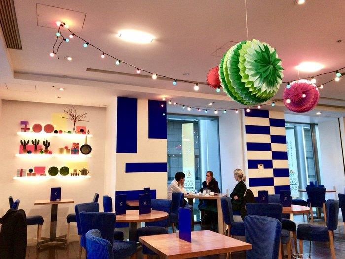 ブルーがアクセントカラーの店内は明るく、開放感のある空間。季節ごとにディスプレイが変わるのも楽しみのひとつ。海外っぽい色使いにセンスを感じますね。