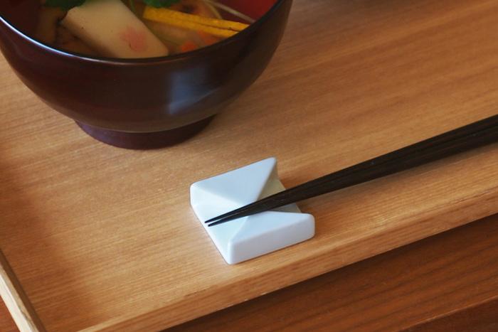 お箸をついお皿に置いてしまいがちですが、お箸は必ず箸置きに置きます。箸置きが無い時には、箸袋で作ります。折り方は簡単で構いません。お箸は使う時だけ手に持つ、それが基本的なお箸の作法です。