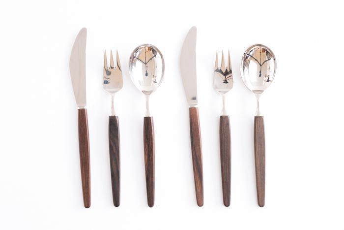 洋食の基本であるナイフとフォークのマナーも、ここでしっかり身につけておきましょう。使い慣れないうちは、お箸よりも緊張してしまいますよね。そこで、自宅で食事をする時に、あえてナイフとフォークを使い日頃から練習をしておくと、いざという時にも自信をもって使うことができます。