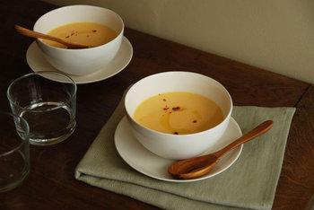スープを飲む時は、食器にスプーンを当てないよう慎重に掬います。スープを飲み終わった後のスプーンは、受け皿があれば器の向こうに置き、無い場合は器の中に置いておきます。
