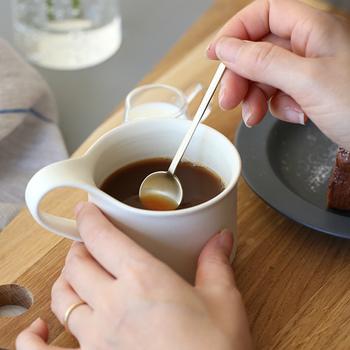 コーヒー、紅茶に付いてくるティースプーンを使った後は、カップの向こう側に置きます。正式な場所では、カップの持ち手が左側にある状態で出されます。これはかき混ぜる時に、左手でハンドルを支えるためです。混ぜ終えたらハンドルを右手で回転させて飲みましょう。