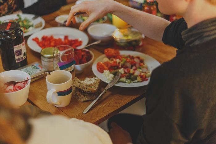 飲み物のグラスを持ったり、食べること以外の動作を起こす時、フォークとナイフはお皿に置くようにします。フォークやナイフを持ったまま別のことをしないように気を付けましょう。