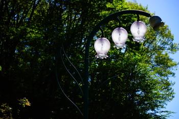 すずらんの森の入り口付近には、すずらんの形をした街灯がありますよ。とても可愛らしいですね♪