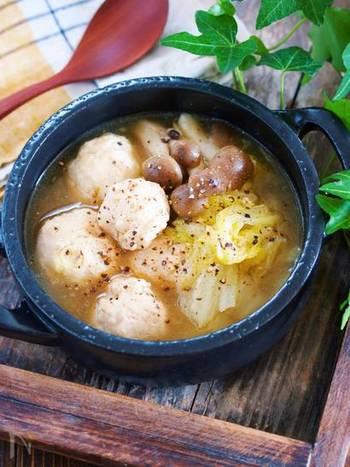 鶏団子でボリューム満点の食べ応えある、おかずスープ。エリンギやしいたけを加えたり、鶏ひき肉を豚ひき肉に変えたりとちょっとした工夫でバリエーションが広がりますね。