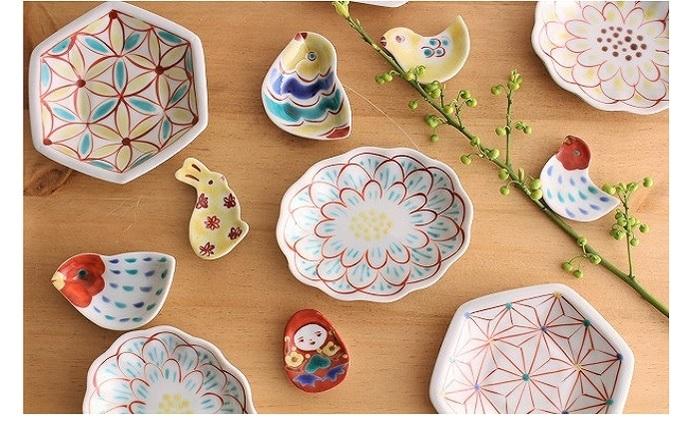 日常づかいのうつわを中心に、金沢市郊外で九谷五彩(赤・黄・緑・紫・紺青)による絵付けの作品づくりをされている赤地 径(あかじ けい)さんの小皿(φ15cm)と箸置き。食卓が一気にはなやぎます。