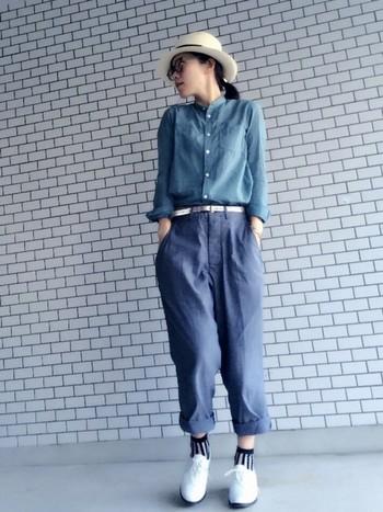 シャツとパンツのグラデーションが素敵な大人カジュアルスタイル。スタンドカラーのブルーシャツを合わせることで全身をすっきりコンパクトにまとめています。ハットをかぶることで目線が上にいくため、ブルー×ブルーでも重たくならずに着こなせます。