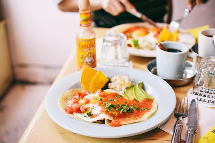 メキシコの朝ごはんには「ウェポス・ランチュロス」という卵料理とアボカド、付け合わせに黒豆などが乗っています。トルティーヤ生地の上に卵焼き、サルサソースを食い合わせた料理です。意外とボリュームがあります。