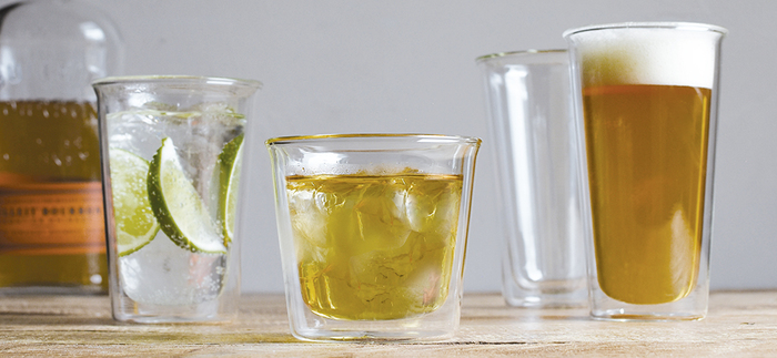 水滴がつかないグラスとして人気に火がついたダブルウォールグラス。熱い飲み物は冷めにくく、冷たい飲み物は冷たさをキープ。一度使ったら虜になる人続出の使い勝手の良いグラスです。