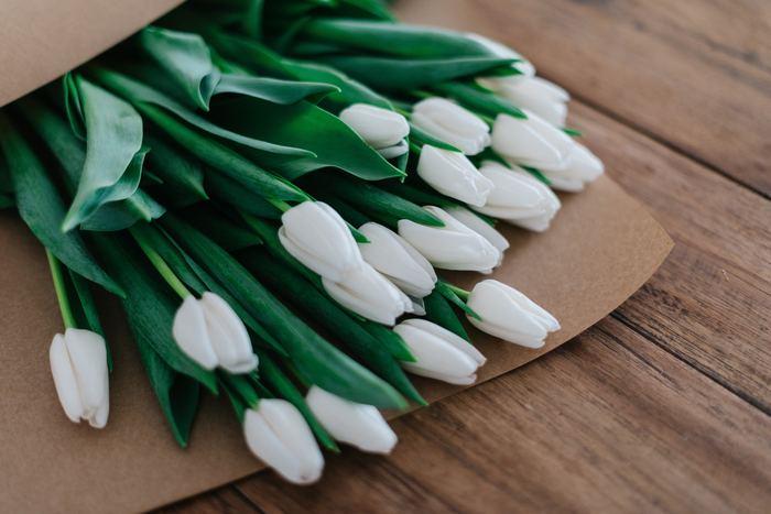 お花屋さんで見つけた、とってもかわいらしいお花。 そんなお花を抱えた帰り道。どんな花瓶にしよう?どんな風に生けよう?とあれこれ考えを巡らせる、楽しい時間♪