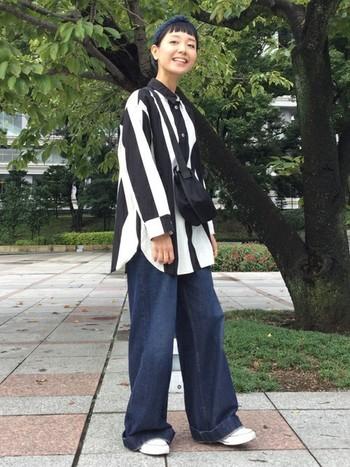 太ピッチのモノトーンストライプシャツ×極太デニムのボーイッシュなスタイリング。ルーズなシルエットも、黒のショルダーバッグを斜めがけして洋服と馴染ませてすっきりとした印象に。