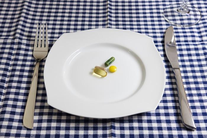 せっかく異国グルメを楽しみにしていても、現地のスパイスや、脂っこさ、豪快なボリュームなどで胃が弱って食べられなくなっては残念。体調管理に備えて、胃腸薬も持っておくことをおすすめします。