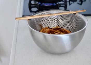 熱に強いからこそ、小さな揚げものときには、パンチングボウル(ざる)と組み合わせて油を切るのにも便利。