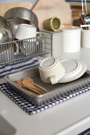 ちょっぴりイレギュラーな使い方かもしれませんが、洗った野菜や果物、少ない食器やカトラリーなどの水切りにパッと取り出して使えるのも、ステンレス製の手軽さならでは。
