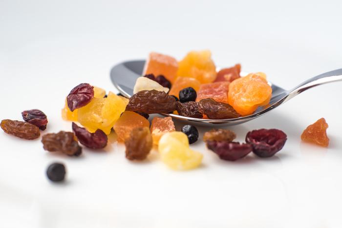 ドライフルーツは水分を減らしているため、カビなどが生えにくく長持ちするメリットがあります。買い置きのお菓子材料にも便利ですね。糖度が高まるので、フレッシュな状態よりも甘くなって満足感もアップ♪
