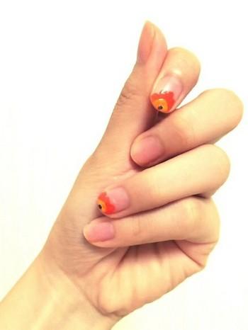 ウニッコ風のモチーフを指先に描いて、フレンチ風に取り入れた北欧ネイルアレンジ。こんな風にシンプルに楽しむのも素敵です。