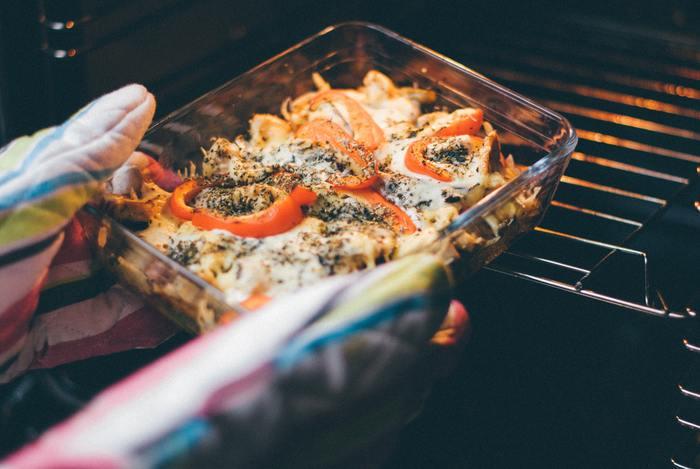 オーブンなどで使うときは、汚れを落としやすいので、グラタンやケーキなど特に器いっぱいに広げて焼きあげる料理におすすめ。もちろん、料理の下ごしらえなどに使用するのも◎
