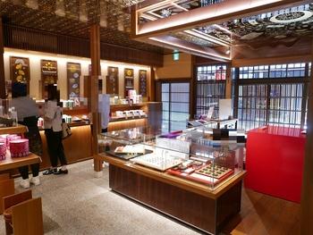 店内は金や赤など煌びやかな色で溢れ、雅で華やかな印象。天井には独特の模様が描かれており、思わず歓声を上げてしまいそうな美しさ。高貴な雰囲気に似合う、有名ショコラティエが作る個性的なショコラが並びます。