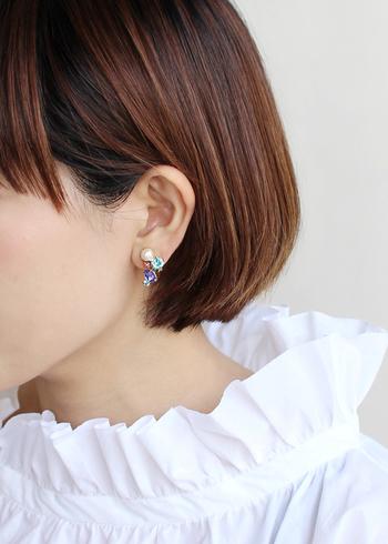 コットンパールとスワロフスキーを使ったイヤリングは、存在感があるので片耳だけに付けても素敵です。