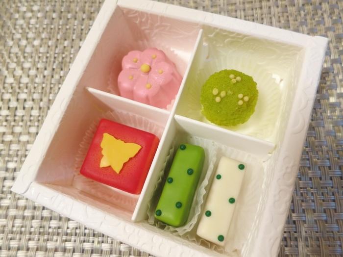 他には京の干菓子をチョコレートで表現した「お干菓子佇古礼糖 暦」もおすすめ。季節ごとに変わる4種の味が登場します。こちらは春バージョン。水玉模様のチョコレートやピンクの桜などキュンとする可愛らしいチョコレートです。