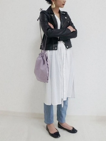 白いシャツワンピースに、黒のライダース+バレエシューズのコーデには、淡いラベンダーのバッグを差し色に。いつもの差し色をラベンダーカラーに変えるだけで、ぐっとお洒落に!
