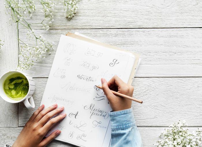 今なぜ「書く」というアナログな方法が見直されているのでしょうか。それは、手で「書く」という動作が脳に刺激を与え、思考が整理されたり、心がととのったりと、さまざまなメリットがあるからです。どのようなことを「書く」とよいのか、ノートや手帳を活用するアイディアや、「書く」時間が楽しくなるアイテムをご紹介します。
