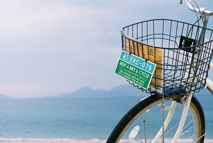 直島内の移動には、瀬戸内海の景色やゆるやかな海風を感じる事ができるレンタサイクルがとてもおススメです。フェリーの発着所である宮浦港には、数箇所レンタルできる場所があるので、安心ですね。直島はそれほど大きな島ではありませんので、自転車があれば自由に好きなスポットを散策できるのも魅力の一つです。