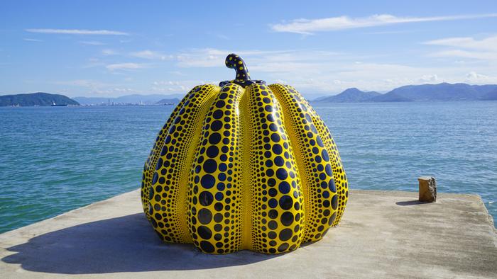 直島で一番有名なのが、草間彌生さんの 1994年つくられた作品「黄カボチャ」。バス停「つつじ荘」から徒歩数分程の場所にあり、海側へせり出した場所にあるので、すぐに見つける事ができます。青く美しい瀬戸内海の景観をバックに、記念写真を撮りたくなるスポットです。
