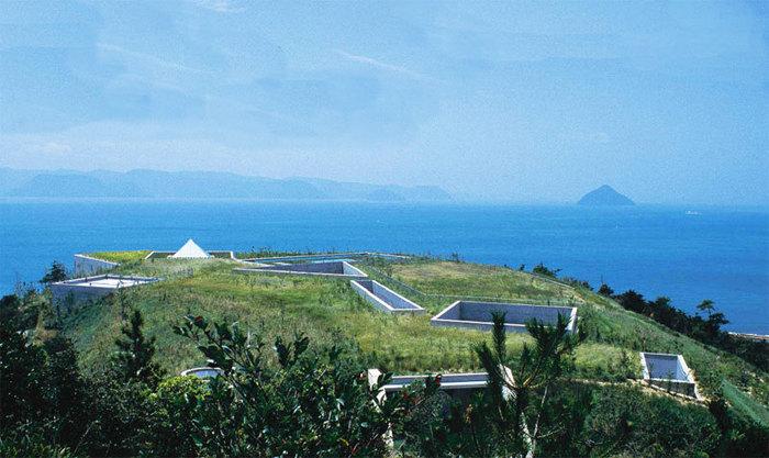 こちらは「自然と人間を考える場所」というコンセプトのもと、瀬戸内海の景色を損なわぬよう小高い丘の地中に隠れるように建設された「地中美術館」。安藤忠雄氏が設計した館内には、クロード・モネ、ジェームズ・タレル、ウォルター・デ・マリアの作品が置かれています。