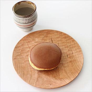 先にもご紹介した石井宏治さんのうつわはarekoreでも多数取り扱いがあります。チェリー材のシンプルなプレートは、使い込むほどに自分らしい味が出てくる木工らしいアイテムです。和菓子だけではなく、洋菓子やドライフルーツなどをのせても素敵ですね。