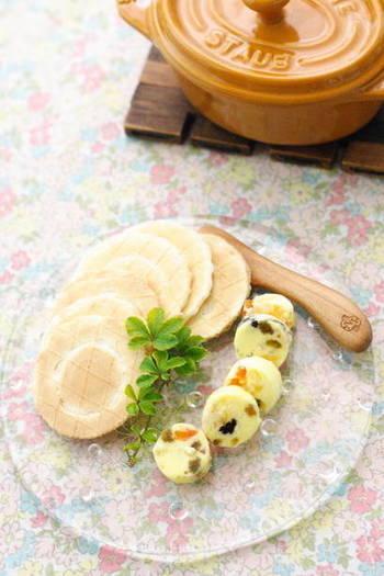 ホイップされた状態で売られているバターにドライフルーツを混ぜ、冷やしてから切り分けて作ります。いつものバターをホイップして使うのも良いでしょう。クラッカーにのせるだけで朝食代わりにもなりそうな簡単スイーツのできあがり。