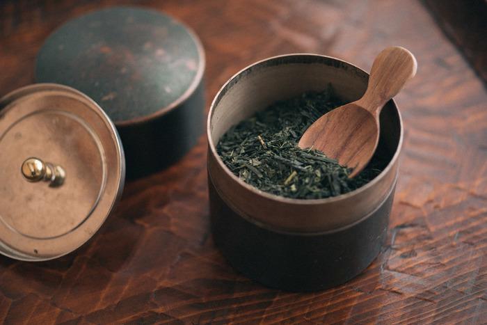国内でデザインされ、ラオスの工場で製作されているこちらの茶さじはカリンの木でできています。お茶の葉をすくうのには、やはり茶さじが一番。こういうところに丁寧な暮らしぶりを感じますよね。