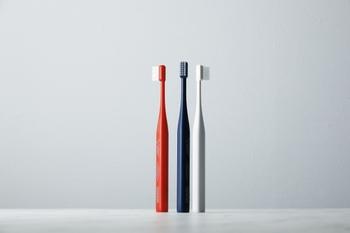 """1つ目は毛先の加工です。「MISOKA」に採用されている極細ナイロンの先端を、さらに繊細に仕上げています。毛のかたさは一般的な歯ブラシの「やわらかめ」にあたる60(N/cm2)以下にすることで、優しい磨き心地を実現しています。2つ目は""""立つ歯ブラシ""""にしたことです。底部に10ℊの重りを入れ、歯ブラシ単体でも自立するようにつくられています。底部の重りにより重心が手の中に収まるため、持ちやすさも向上しています。"""