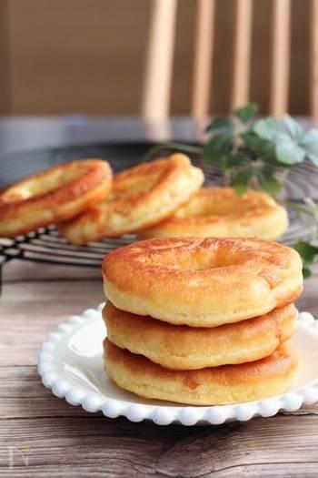 ホットケーキミックスで作るドーナツ生地に、ドライマンゴーがを入れます。ふわふわドーナツとマンゴーのフルーティーな味わいをお試しあれ♪