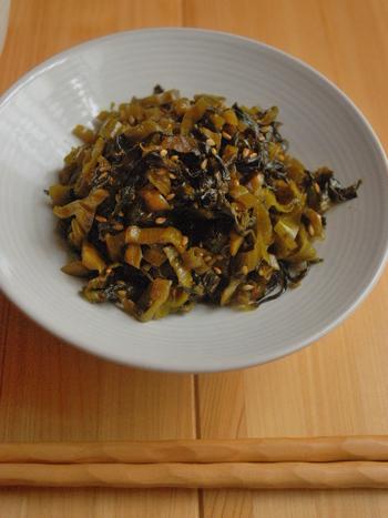 「高菜のごま油炒め」も、よく食卓に登場する常備菜ですよね。スーパーでお手ごろな「高菜漬け」に、ちょっと一手間をプラス。高菜漬けをみじん切りにしたら、和風だし、砂糖、醤油を加え、ごま油で炒めて完成です。 ごま油は気持ち多めにして、高菜漬けの水分をしっかり飛ばして炒めるのが、美味しいコツ。