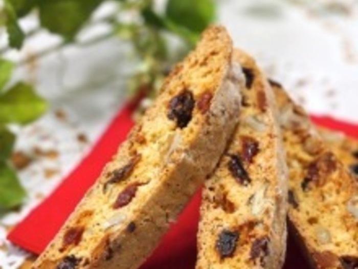 ガリガリと噛みごたえのあるビスコッティは、おやつだけでなく朝食にもおすすめです。あらかじめ焼いておけば、忙しい朝でもちょっと余裕のある朝食を迎えられそうですね♪