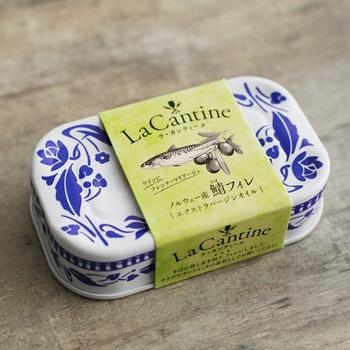 陶器のようなイラストが描かれたラ・カンティーヌの鯖フィレオイル漬け。そのまま食べても美味しいですし、お料理の素材として使うこともできます。