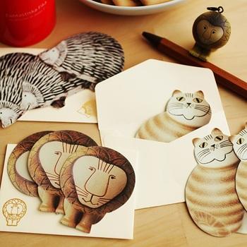 リサ・ラーソンを代表する動物たちのメッセージカードです。やさしいタッチとユーモラスな表情の動物たちに心がじんわりと癒されるのを感じます。