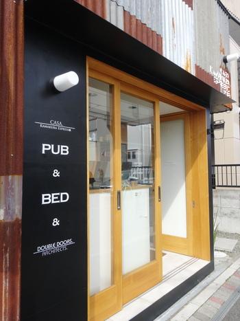 「CASA. Kamakura Espresso. PUB&BED(カーサ カマクラ エスプレッソ パブ&ベッド)」は、目と鼻の先にあるカフェ「CASA. Kamakura Espresso.(カーサ カマクラ エスプレッソ)」の二号店にあたり、建築事務所が運営しています。サビているトタン板を活かした、スタイリッシュな外観が目を引きますね。