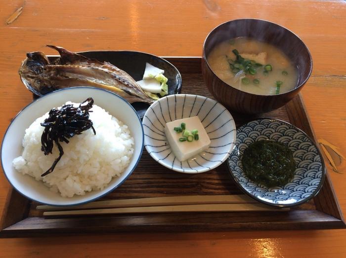 朝ごはんは、地元で採れた魚など、旬のものが並ぶやさしい和定食。窓から海を眺めながらいただく朝ごはんは、なんとも贅沢ですよね。