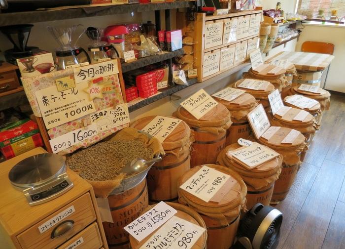 ちいさなお店ですが、店頭に並ぶ30種あまりの豆に圧倒されます。コーヒー豆はすべて生豆の状態で、選んだ豆をその場で焙煎、コンピュータ制御によって焙煎状態の希望にも応じてくれます。☆ノンカフェインのコーヒー/紅茶のラインナップも。