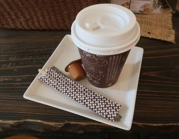テイクアウト用のコーヒーは3種。炒りたて・挽きたて・淹れたてのコーヒーを持参のカップに注いでもらえますし、ポットサービスもあります。