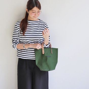 レザーの持ち手がしっかりしたトートバッグ。小さく見えますが、マチがついているのでたっぷり収納できます。ワイドパンツやロングスカートに合わせるとバッグが脇役になりません。