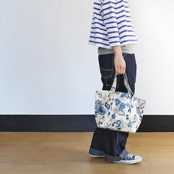 シンプルなファッションの時は、このように柄が大きく入ったトートバッグがおすすめです。形はシンプルですが存在感があります。柄があっても同系色で揃えると、まとまった印象にすることができます。