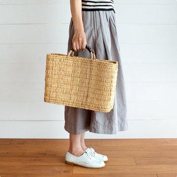 インテリアに使えるぐらいおしゃれなデザインのかごバッグ。Tシャツにスカートやデニムなど、シンプルなファッションのアクセントになります。