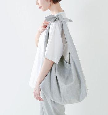 大きな結び目のリボンが特徴のワンショルダーのバッグ。さっと肩にかけるだけで、コーデのアクセントになります。シンプルなファッションのときにぴったりです。