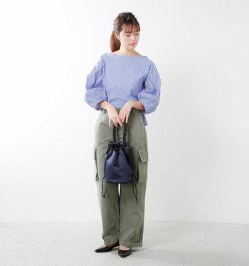男の子っぽくなりがちなワークパンツスタイルも、ころんとした形のハンドバッグをあわせれば、女性らしいコーデに。サテンの光沢感も、華やかな印象にしてくれますね。