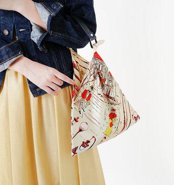 フレッシュなカラーのスカートと合わせたいハンドバッグ。カラフルな柄は小さいことで目立ちすぎず、バランスよくおしゃれを演出してくれます。
