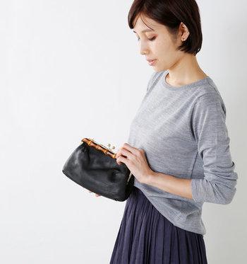バンブーの焼き目、そしてがま口が特徴的なハンドバッグ。がま口のハンドバッグは、上品なファッションとの相性がよく、ひとつあると便利なアイテムです。